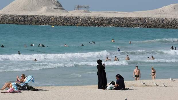Отдыхающие на пляже в Дубае, ОАЭ - РИА Новости, 1920, 15.09.2020