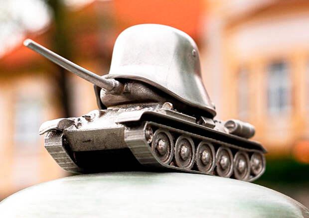 """В Праге открыли памятник """"власовцам-освободителям"""" в виде танка, накрытого немецкой каской"""