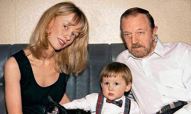 Анатолий Ромашин с женой и сыном (https://7days.ru)