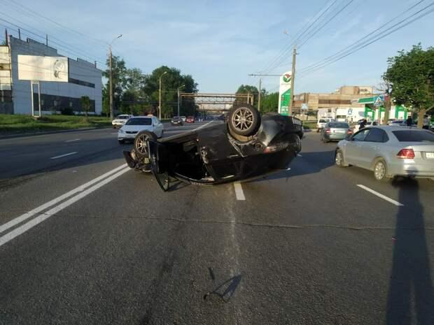 «Мазда» перевернулась на улице Новоажимова в Ижевске