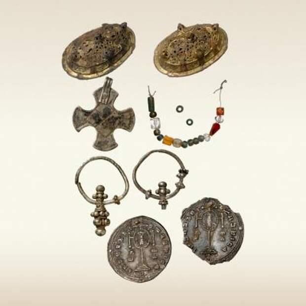 Предметы инвентаря женского погребения. Киев 10 век