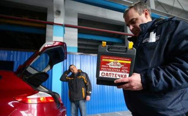 """На фото: проверка автомобильной аптечки на станции технического осмотра """"Таттехконтроль""""."""