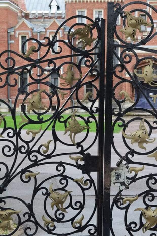 Кованая решётка в воротах дворца Ольденбургских в Рамони