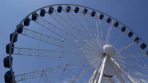 Рабочие установили первые спицы на самом высоком в Европе колесе обозрения «Солнце Москвы»