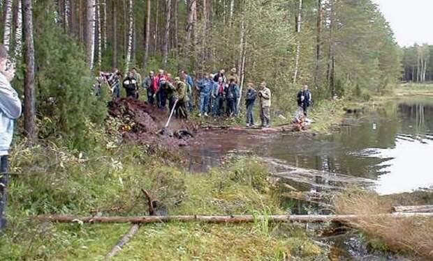 Странные следы у озера привели мальчика к невероятной находке находка, озеро, танк