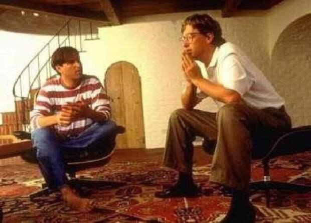 2. Стив Джобс и Билл Гейтс болтают друг с другом