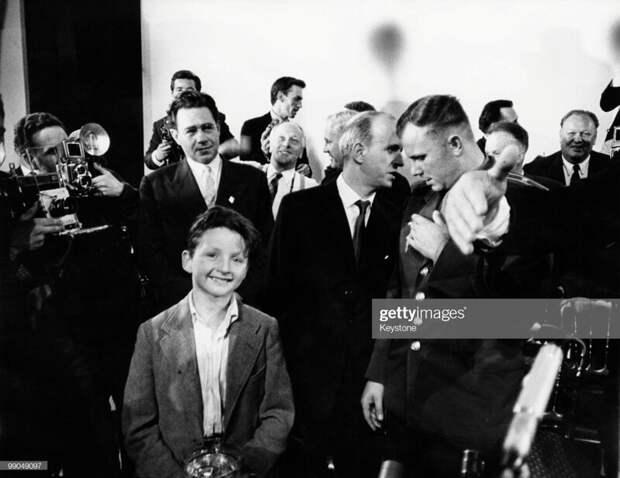 Фотография называется Boy Meets Cosmonaut.  история, люди, фото