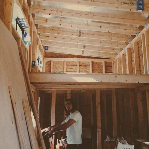 Студент построил дом на 14 м², чтобы не платить за аренду. Только посмотрите, что внутри!