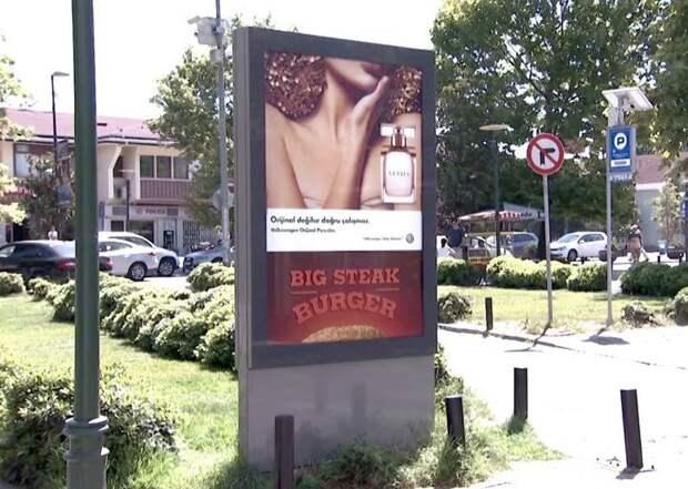 В Турции ради рекламы сломали билборд