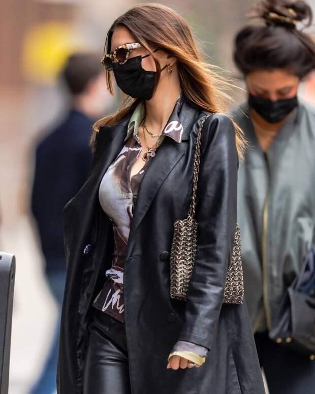 Носите кожаный тотал-лук с простыми кроссовками, как Эмили Ратаковски