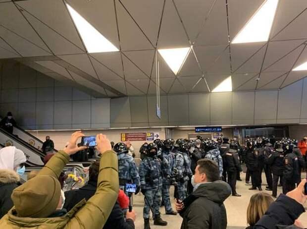 В здание аэропорта вошли бойцы ОМОНа в полном обмундировании - оттесняют людей, арестованы соратники Навального