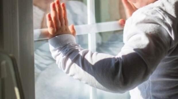 Жители Перми спасли едва не выпавшего из окна годовалого ребенка
