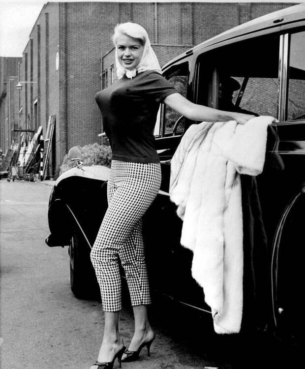 Джейн Мэнсфилд — американская киноактриса, добившаяся успеха как на Бродвее, так и в Голливуде. Мэнсфилд, неоднократно появлявшаяся на страницах журнала Playboy, наряду с Мэрилин Монро была одним из секс-символов 1950-х годов  история, люди, фото