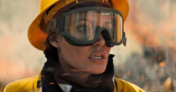 Анджелина Джоли играет спасательницу: первые фото в образе