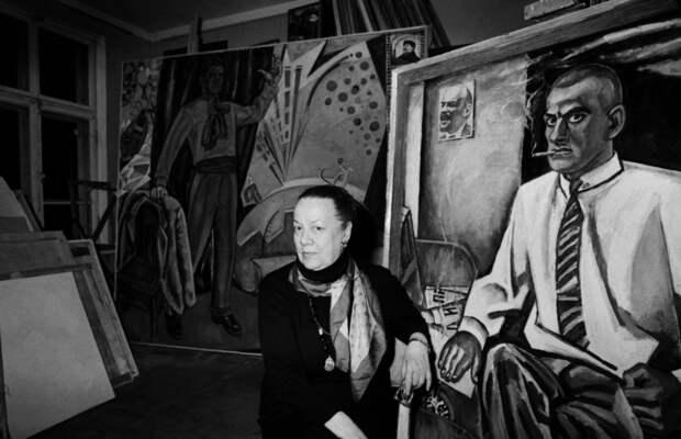 Патрисия Томпсон с портретом отца кисти художника Бориса Кожевникова в его мастерской.