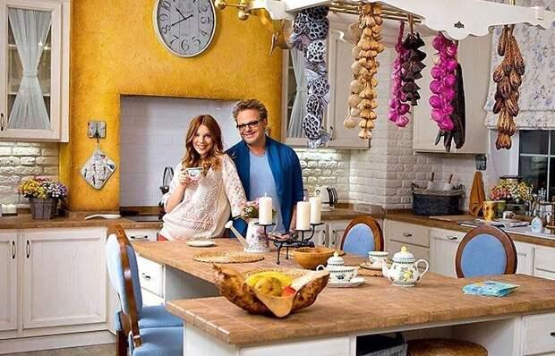 Как выглядит роскошный загородный дом в стиле прованс, в котором живёт Владимир Пресняков-младший с семьей