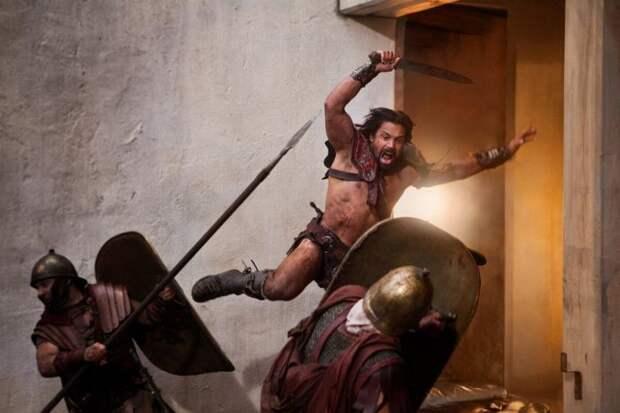 Гладиатор против римских легионеров. Кадр из сериала «Спартак»